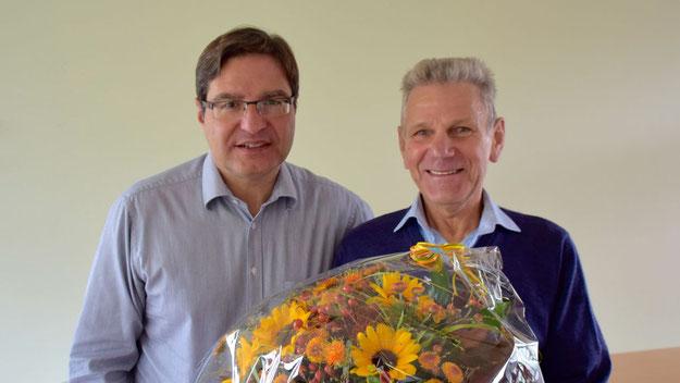 Blumen für den ausgeschiedenen Schiedsmann Mertelsmann. (Peter Müller war nicht anwesend.)
