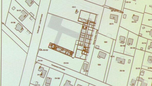 Der Plan zeigt den großen Neubau, der in drei Abschnitten realisiert werden soll. Die Altbauten auf den grauen Flächen sollen später abgerissen werden. Der historische Altbau bleibt erhalten.