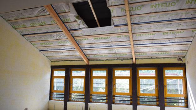 Das Loch in der Verkleidung ist ein Hinweis: Als Ausgleich für die bisherigen Oberlichter erhalten die Klassenräume Dachfenster