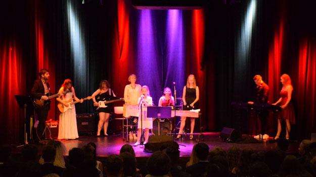 """Elda Visoka und eine weitere junge Sängerin sorgten gemeinsam mit der Schulband und dem Titel """"A beautiful Day"""" für einen gefühlvollen musikalischen Auftakt"""