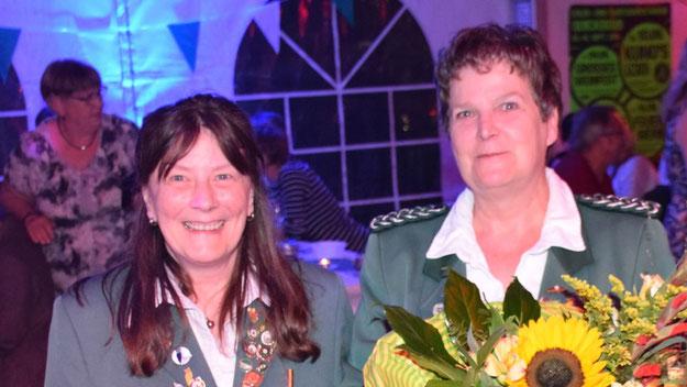 Der Vorsitzende dankte Birgit Brun und Romy Spethmann (v.L.) für ihre Arbeit.