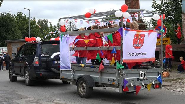 Auf dem Umzugswagen der Stadt waren neben Bürgermeister Köppl Quickborns Event-Managerin Nicole Münster und weitere Mitarbeiterinnen der Verwaltung vertreten