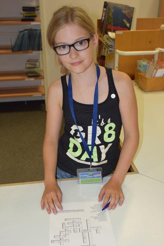 Die elfjährige Lea ließ sich die Gelegenheit nicht entgehen, beim Preisrätsel einen der attraktiven Preise zu gewinnen. Sie zählte mit 12 gelesenen Büchern übrigens zu den Spitzenreiterinnen des Ferien-Lese-Clubs.