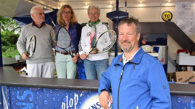 Na, wären Sie drauf gekommen, dass hier ein Tennisclub um Mitglieder wirbt? Es ist der TC Quickborn mit ihrem Vorsitzenden (natürlich dick im Vordergrund) und seinem Team.