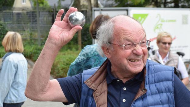 So ganz verinnerlicht hatte Johannes Schneider die Boule-Spielregeln noch nicht ....
