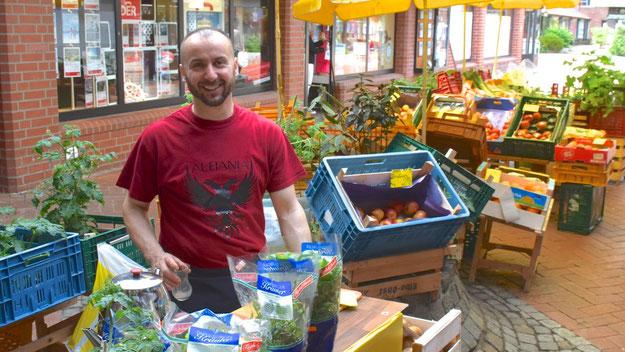 Obst- und Gemüsehändler Driton Bunjoku bot leckere Smoothies an.