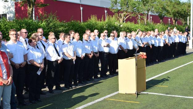 In sommerlicher Uniform nahmen die Führungskräfte an der Zeremonie teil