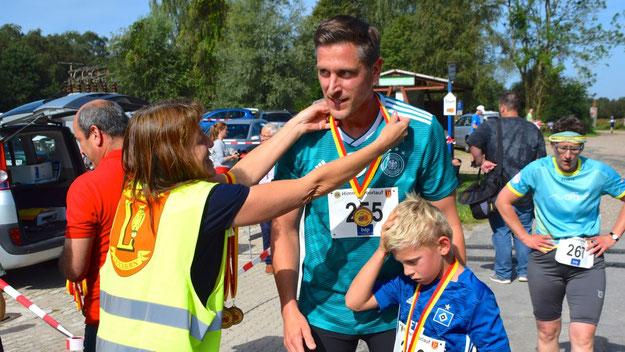 Alle Teilnehmerinnen und Teilnehmer erhielten gleich nach dem Zieleinlauf ihre Medaille