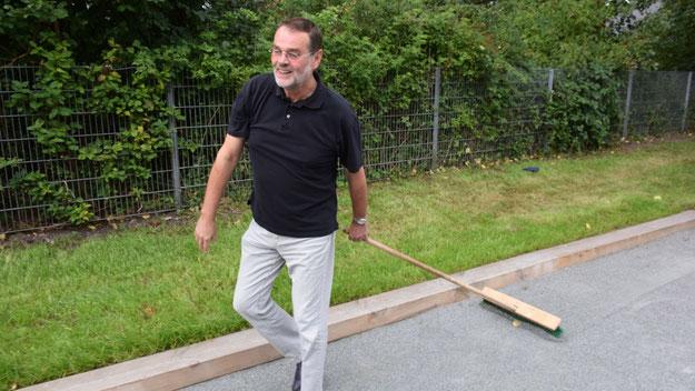 Knud Hansen (Stadtmarketing Quickborn) hatte als bekennender Boule-Fan zur Aufbereitung der Bahn das entsprechende Gerät mitgebracht. Das müssen Boule-Spieler in Zukunft auch, denn an der Boule-Bahn steht kein Besen zur Glättung der Oberfläche bereit.