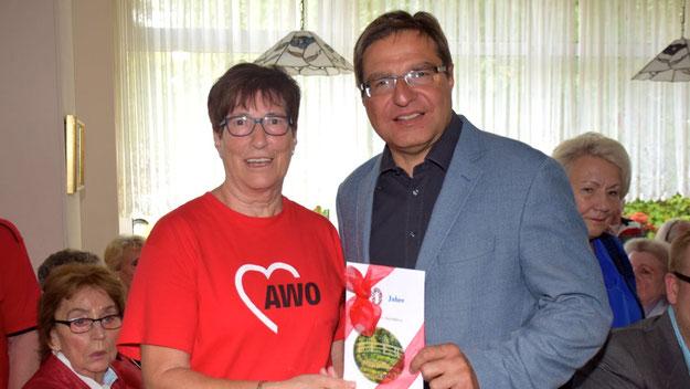 Ob der Inhalt des Umschlag, den Bürgermeister Thomas Köppl als Präsent überreichte, den Wünschen der AWO entsprach, ist nicht bekannt.