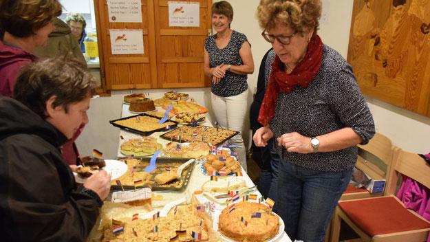 In der Cafeteria wartete ein umfangreiches Kuchen-Buffet auf die Besucher