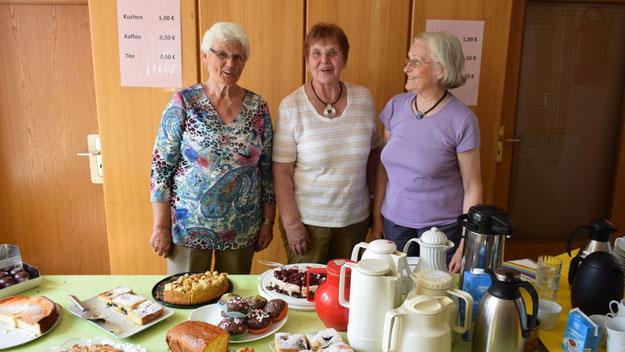 Ehrenamtliche Helfer und Helferinnen boten Würstchen, Salate, Getränke und - wie hier - Kaffee und Kuchen an.