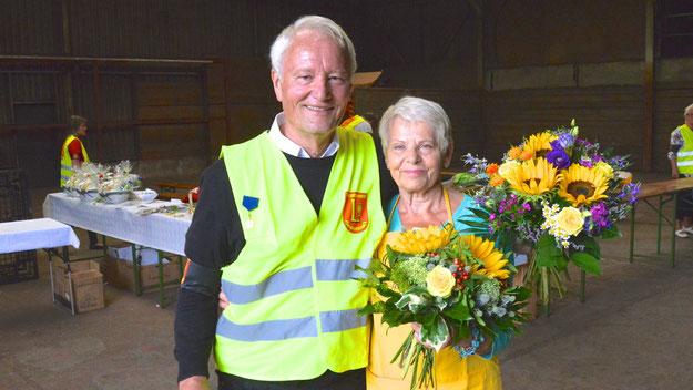 Mit Blumensträußen dankte Renè Croissier für den TuS Holstein Quickborn dem bisherigen Chef-Organisator Prof. Hans-Jürgen Mest und  seiner Frau Barbara.