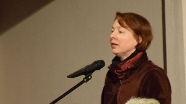 Mit zwei amüsanten Weihnachtsgeschichten unterhielt Pastorin Claudia Weisbarth die Teilnehmer des Adventssingen.