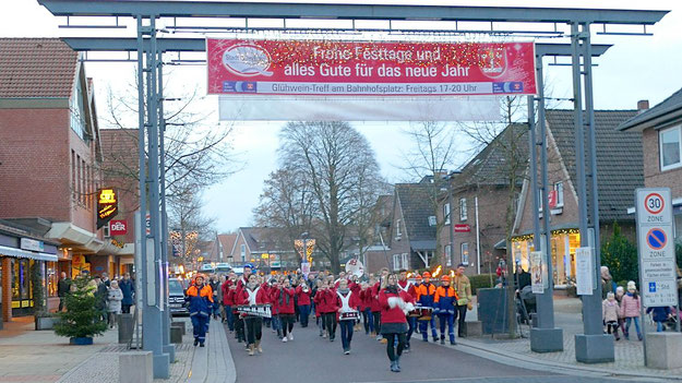 Mit klingendem Spiel leitete die Jugend Brass Band die Gäste vom Rathausplatz zur Kirche