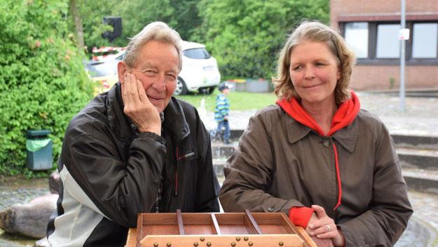 Die Ratsmitglieder Wolfgang Tröger und Ingrid Cloy-Nuckel waren bei der SPD im Einsatz.