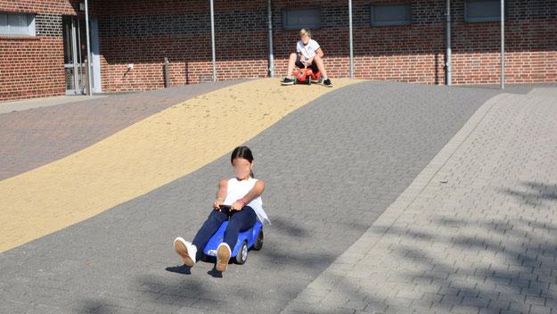 Am neuen Standort können die Kinder auch die Außenanlagen mit ihren Hügeln zum Bobby-Car-Fahren nutzen. Davon wurde auch am Tag der Offenen Tür Gebrauch gemacht.