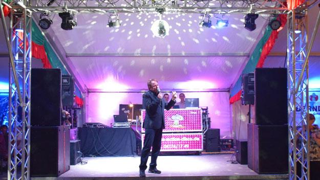 Nein, Christoph Meier-Siem trat nicht als Tom Jones-Double auf, sondern nutzte die Show-Bühne nur, um die zahlreichen Gäste zu begrüßen.