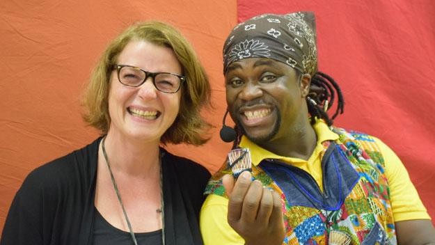 Schulleiterin Silke Binger freute sich gemeinsam mit Obertrommler Baba über eine gelungene Veranstaltung, die pädagogische  Ziele auf das Wunderbarste mit viel Spaß für alle Mitwirkenden und die Zuschauer verband.