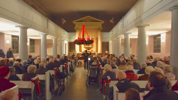 Kaum fassen konnte die Marienkirche all die Besucher, die sich zum Adventssingen eingefunden hatten. Begleitet vom Posaunenchor unter Leitung von Michael Schmult wurden viele traditionelle Weihnachtslieder gesungen.
