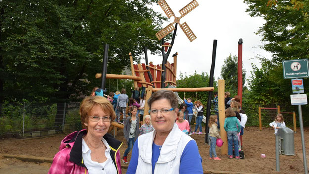 Stadtjugendpflegerin Birgit Hesse und Rektorin Uta Schmidt-Lewerkühne (v.L.) freuen sich über das neue Klettergerüst im Hof der Grundschule am Mühlenberg.