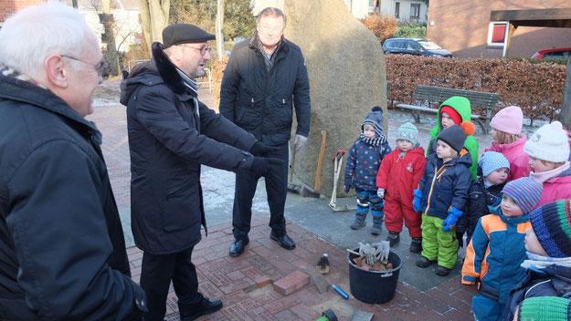 Einen Stein mit seinem Namen verlegte Erzbischof Heße auf dem Quickborner Kirchhof.