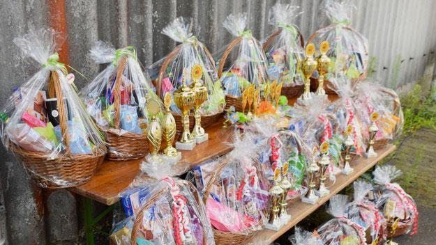 Auf alle erwachsenen GewinnerInnen warteten Präsentkörbe von famila, die jugendlichen GewinnerInnen konnten sich über Gutscheine des Unternehmens freuen.