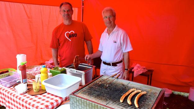 Wolfgang Höflmeier (l.) und Klaus Damanske sorgten für die Leckereien vom Grill.