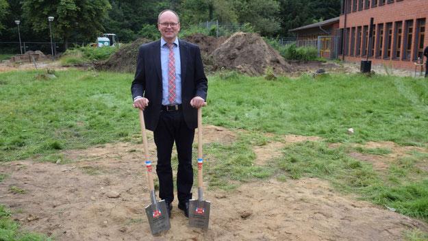 Schulleiter Michael Bülck freut sich über die Erweiterung seines Elsensee-Gymnasiums. Bereits jetzt ist in seiner Schule eine Arbeitsgruppe aktiv, um die beste technische  Ausstattung der neuen Fachräume zu planen.