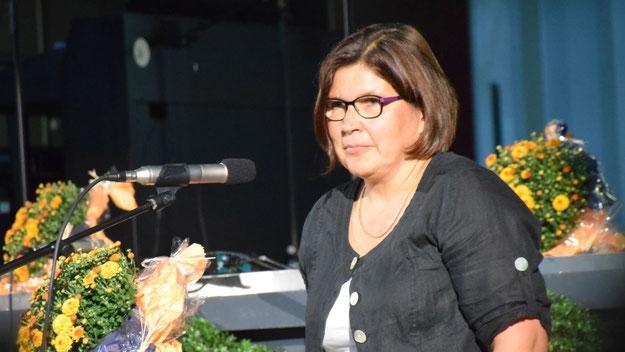 Karola Kaldenhoff lud im Namen des Schulelternbeirats die anwesenden Eltern ein, sich mit Anregungen und Ideen einzubringen.