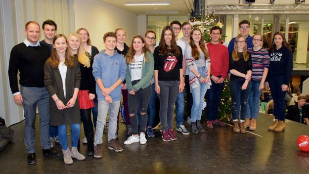 Die Schülervertretung (hier mit Vertrauenslehrer Lars Behrens, l.) hatte das Budenfest organisiert.