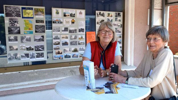 Barbara Krüger (l.) informierte sich am Stand der Geschichtswerkstatt (GWS) über die Historie der Kieler Straße, die GWS-Leiterin Irene Lühdorff mit zahlreichen alten Fotos verdeutlichte