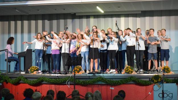 """Mit dem Titel """"Waving' Flag"""" beendete der Unterstufenchor unter Leitung von Vanessa Horn das offizielle Bühnen-Programm"""