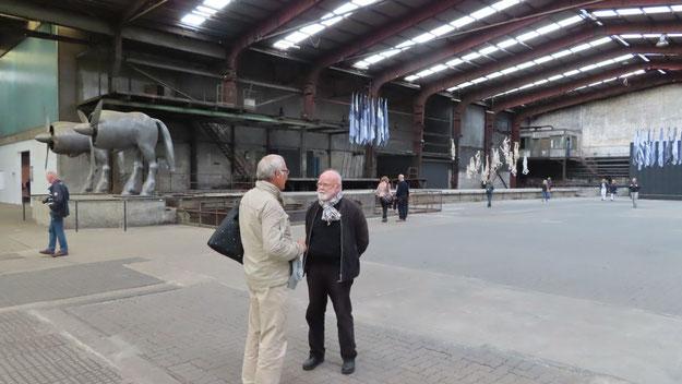 Beeindruckt von den Dimensionen der Ausstellung zeigten sich die Gäste des Kunstvereins wie hier der Quickborner Sammler Dr. Fahrenkrug