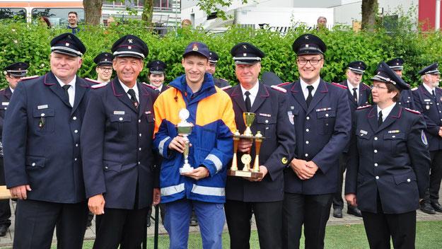 Niels Breckwoldt, der Jugendgruppenleiter der Feuerwehr Neuendeich, konnte mehrere Pokale entgegennehmen (Foto: Feuerwehr)