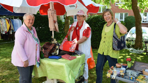 Hannelore Wulff, Sabine Dreyer und Birgit Saalfeld (v.l.) verkauften Taschen und Dekoartikel, die die AWO-Kreativgruppe selbst gefertigt hatte.