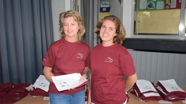 Sonja Rudolph und Christine Lange übergaben den neuen Schülerinnen und Schülern im Namen des Vereins der Freunde des DBG ein Schul-T-Shirt.