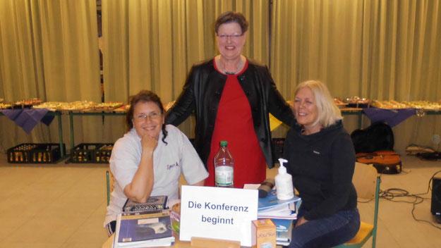Auch Schmidt-Lewerkühne freute sich über den Sketch von Sabine David-Glißmann (l.) und Andrea Hansen, der einige Eigenschaften der scheidenden Schulleiterin auf humorvolle Weise aufspießte