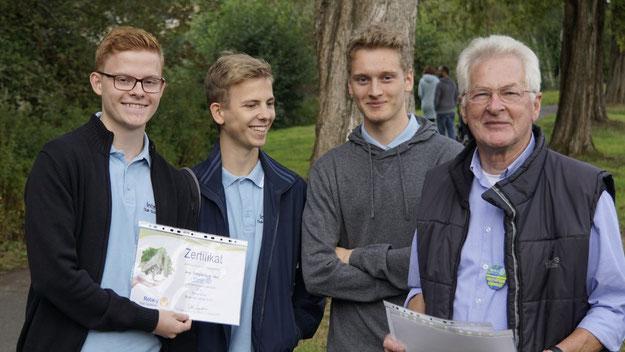 """""""Interact"""", die erst im vergangenen Jahr gegründete Jugendorganisation der Rotarier, unterstützt die Baumaktion mit 500 Euro, den gleichen Betrag spendete tel.quick, ein Tochterunternehmen der Stadtwerke Quickborn"""