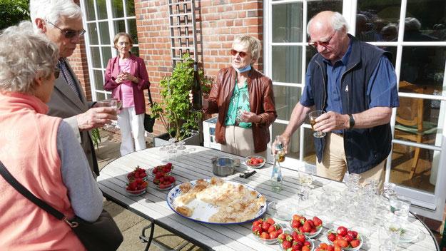 In der Pause konnten die Gäste im zauberhaften Ambiente des Helenenhofes leckeren Kuchen und frische Erdbeeren  genießen, bereitgestellt von der Gastgeberin Margreth Cotterell