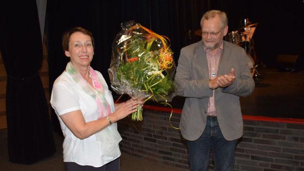 Stellvertretend für das gesamte Team der Kammermusikfreunde bedankte sich Bürgervorsteher Henning Meyn bei der Stellvertretenden Vorsitzenden Johanna Schmaltz mit einem Blumengruß für die Organisation des Abends.