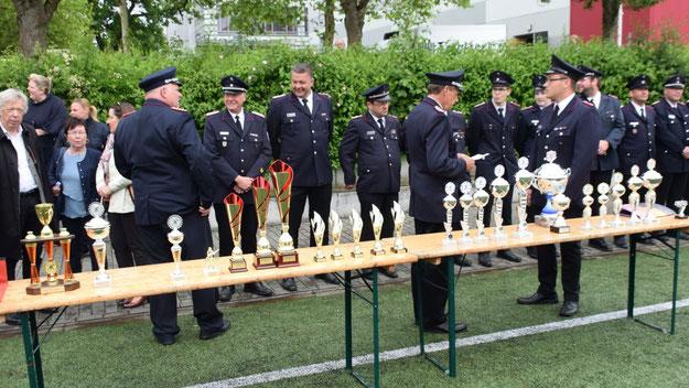 Viele Pokale warteten auf die Gewinner der Wettbewerbe