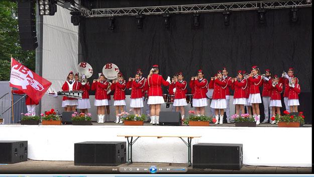 Auf der großen Bühne des Festspielplatzes begrüßte Malchows Moderator André Zimmermann die Jugend Brass Band zu ihrem Auftritt; außerdem hieß er Fachbereichsleiter Carsten Möller willkommen, der privat nach Malchow gekommen war