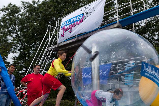 """Attraktion auf dem Eulenfest: die """"Walking Balls"""""""