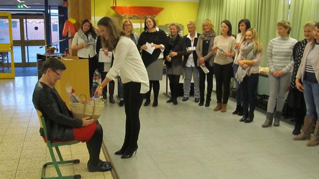 Aus dem Kreis der Kolleginnen trat jeweils eine hervor und füllte den Korb mit einem persönlichen Geschenk.