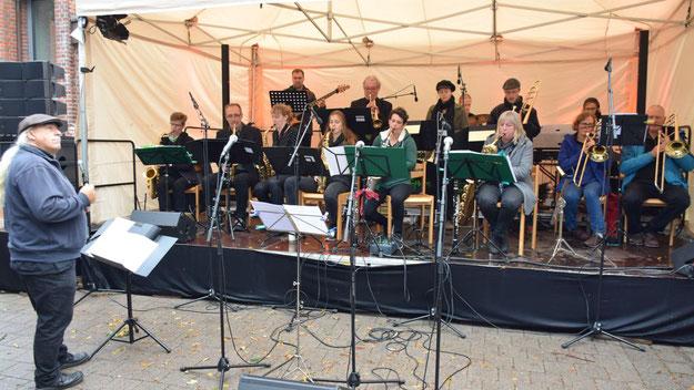 """Mit Swing-Klassikern begeisterte """"The Greenhorns"""", die Big Band der Quickborner Musikschule, unter Leitung von Franz-Peter Könen das Publikum, darunter auch Bürgervorsteher Henning Meyn."""