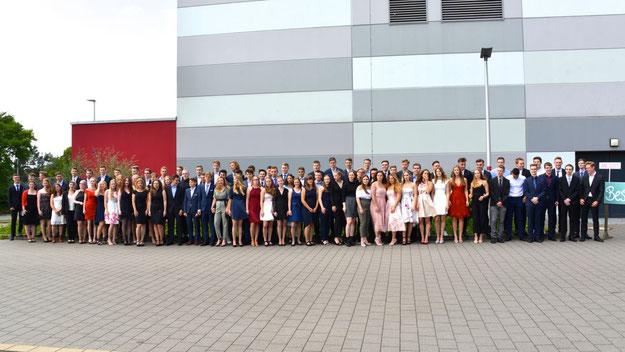 Vor der Feier stellten sich die Abiturientinnen und Abiturienten den Fotografen. Das Foto in hoher Auflösung finden Sie unten zum Download