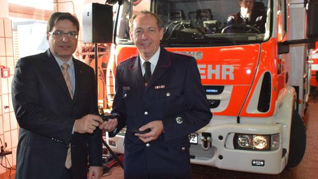 Bürgermeister Thomas Köppl überreichte Wehrführer Wido Schön offiziell die Schlüssel für die neuen Fahrzeuge