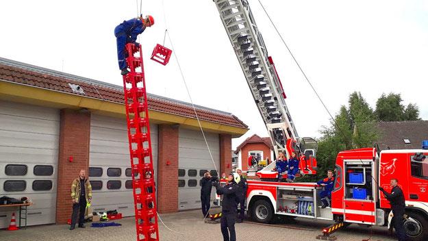 Gut gesichert konnten sich Wagemutige am Stapeln von Getränkekisten versuchen (Foto: Wiehe/Feuerwehr)