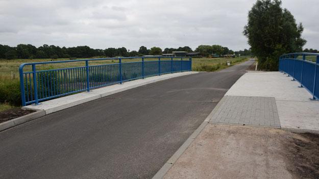 Neben der 4,50 m breiten Fahrbahn ist ein 2,50 m breiter Fuß- und Radweg angelegt, der bislang allerdings auf beiden Seiten der Brücke keine Entsprechung findet